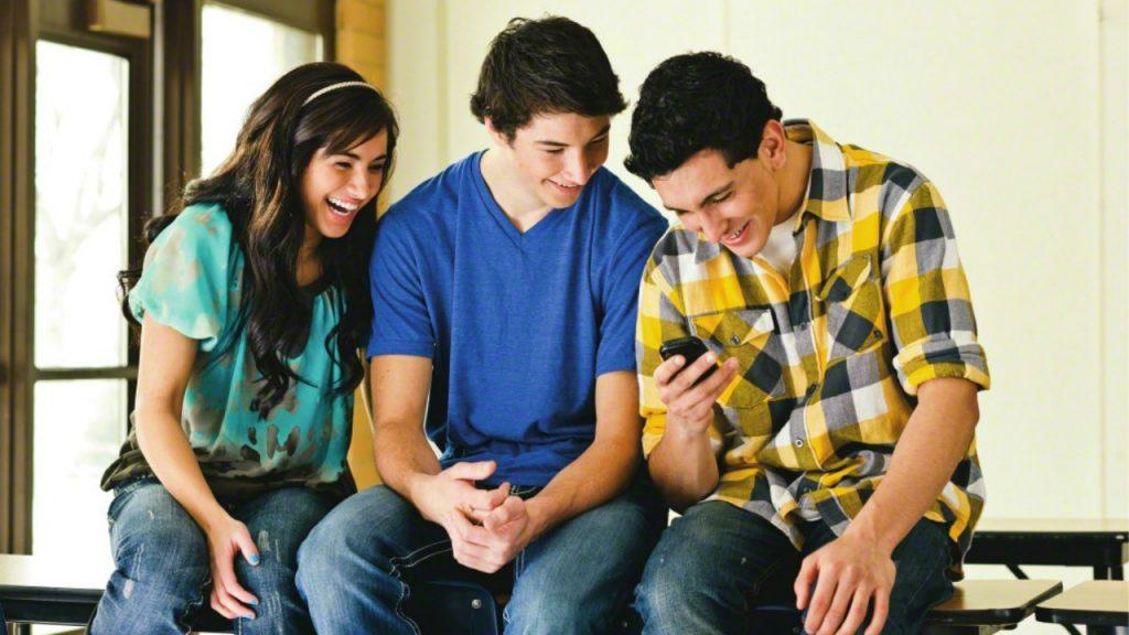 trois jeunes heureux de partager